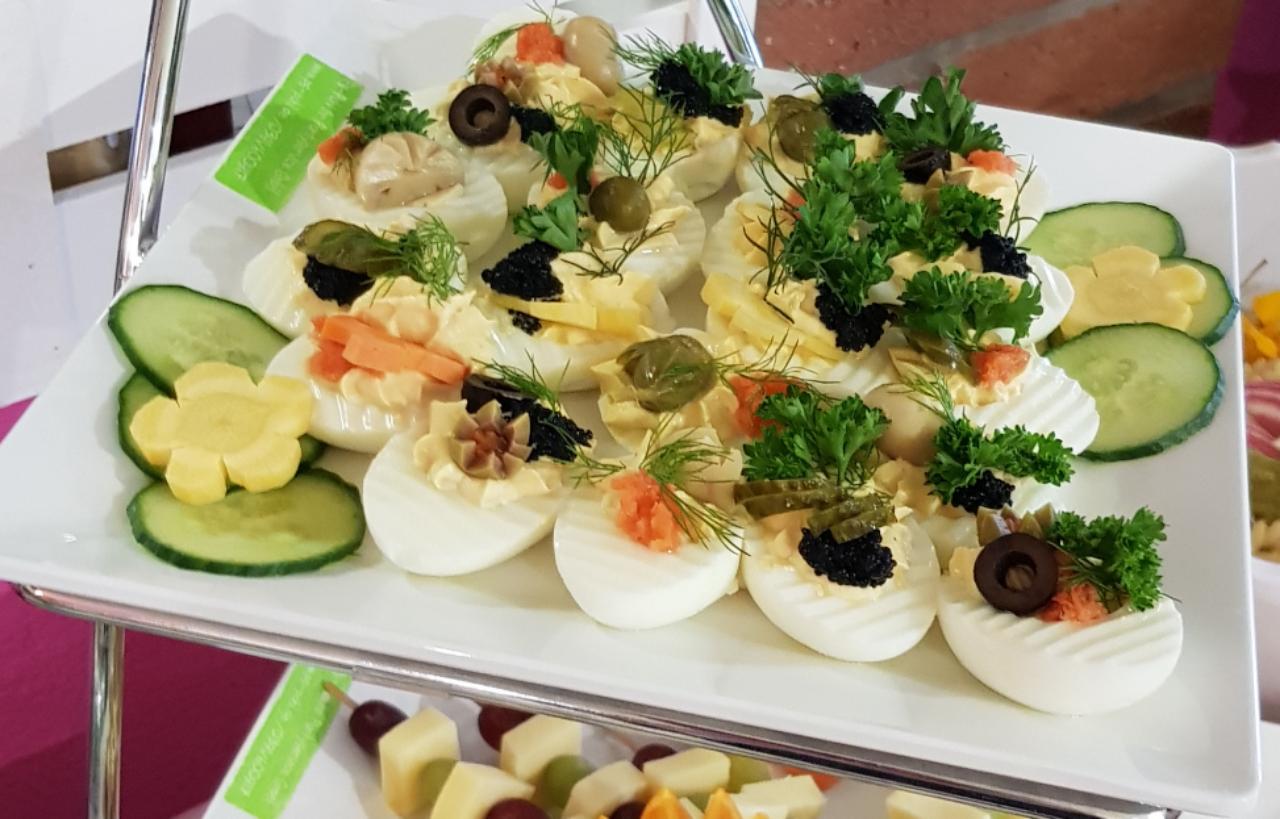 halbes mit Eicreme gefülltes Ei mit Lachs und Kaviar